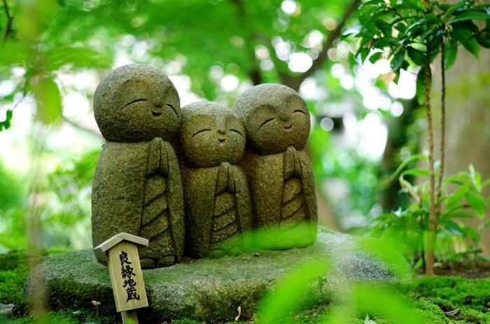 """何度も足を運んだ鎌倉も、水琴窟に焦点をあてるとまた違った表情が見えてくるのではないでしょうか。ぜひ、自然の木々や花々、神聖なスポットをめぐるお散歩に""""水琴窟(すいきんくつ)""""の癒しの音巡りをプラスしてみて下さいね♪"""