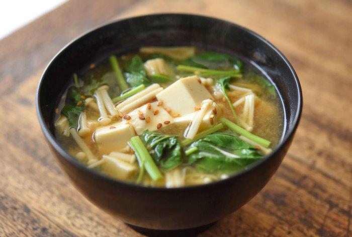 栄養価が高い夏野菜、モロヘイヤ。火を入れるとトロっとした食感になり、とても食べやすくなります。そのモロヘイヤを豆腐と一緒に味噌汁の具材に。えのきやいりごまも入ってさらに風味よく栄養たっぷり。たまには、こんな消化に良いスープで、一汁一飯の日を過ごしてもいいですね。
