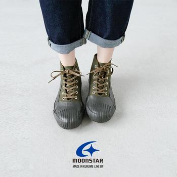 梅雨時は足元も悪く、履いていく靴にも悩みます。台風の時なんかはレインブーツでばっちりですが、雨が降るかどうかは五分五分・・といったときに便利なのがこんなスニーカー。雨対策!というよりも見た目はいたって普通のスニーカーなんです。ソール部分がゴム素材なので雨が降っても普通のスニーカーと比べて靴に水が染み込みにくいのが嬉しいポイント。