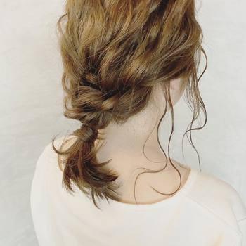梅雨時はコテで巻いてもアイロンでまっすぐにしても、湿気でうねってしまってまとまりにくい・・などの髪の悩みはつきものですね。そんな時におすすめなのがまとめ髪。普段髪を下ろしている方もイメチェンがてらトライしてみては?