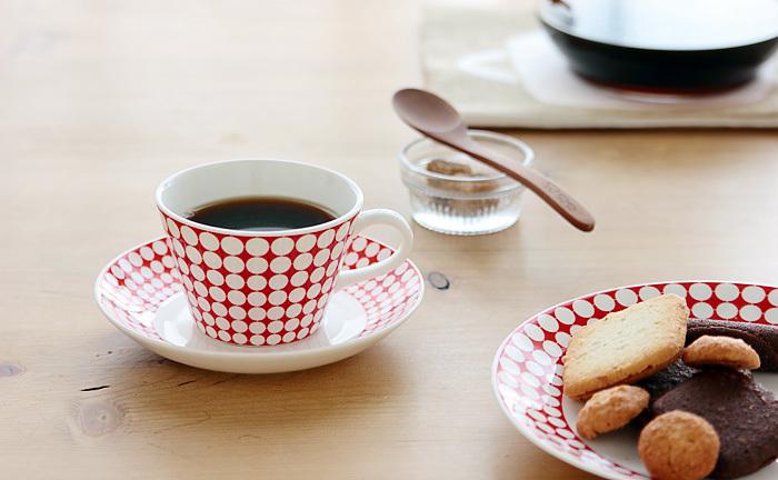 丁寧にお茶やコーヒーをいれて、ほっと一息つきながら過ごす読書タイムも、素敵な大人な休日の過ごし方ですね。
