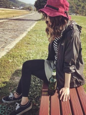 ミニスカートやショートパンツは、レギンスを合わせて虫や日差しをシャットアウト。そして何よりここでおすすめしたいのは、薄手のナイロンパーカー。暑いときは丸めて鞄の中へ、ちょっと風が気になるときはさっと羽織って。小雨程度ならこれを羽織っていればカッパなしで大丈夫。