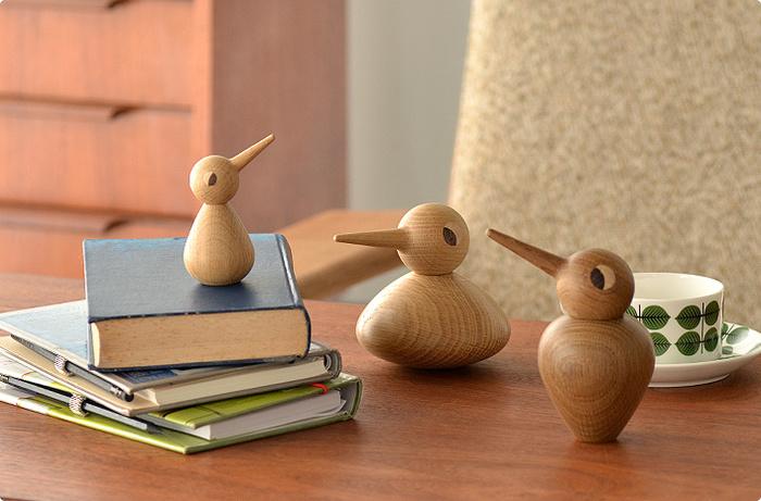「BIRD」には3種類のサイズがあり、Smallは子ども、Largeは大人、Cubbyは祖父母と、それぞれに3世代の家族を表しています。頭と胴体が別々に分かれているので、向きを変えたり、組み合わせを変えたりと、何通りもの表情を楽しむことが出来ます。お気に入りの空間に、家族一緒に並べてあげると可愛らしいですね♪