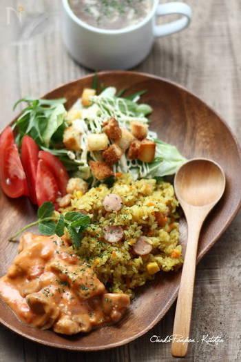 ソーセージやコーン、野菜類をカレー粉と共に炊飯器に入れて簡単にできるカレーピラフ。炊飯器任せなのでとっても簡単。サラダを添えれば立派なワンプレートランチの完成です。