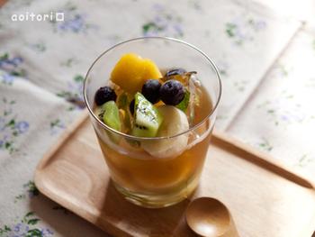 グラスの底にみつ大さじ1程度とキウイやパイナップルなど冷凍フルーツを入れ、そこに冷たいほうじ茶を注げば、すっきりトロピカル風味のほうじ茶ドリンクが完成!ミント入りの氷やバナナなどを加えるのもおすすめです。