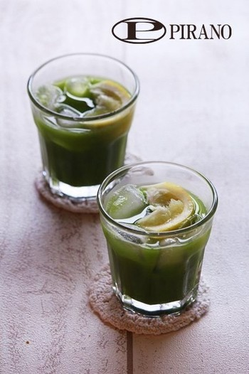 こちらは緑茶の茶葉ではなく抹茶を使った冷茶のアレンジドリンクです。はちみつとしょうのすりおろし入りだから、身体にも優しい。身近な材料で美味しいカフェメニューをお家で楽しむ事ができます。