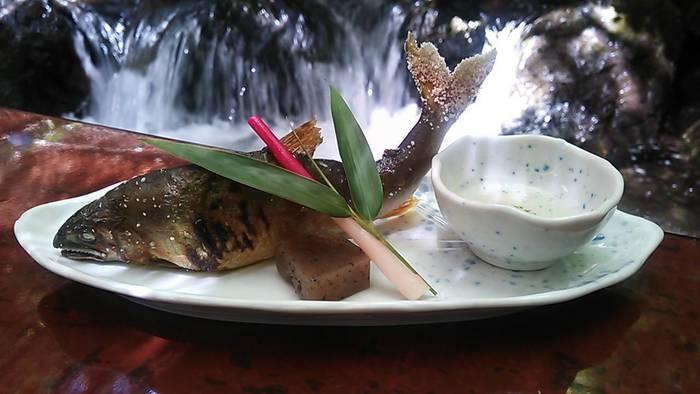 お料理は、ついさっきまで川を泳いでいたかのような、新鮮な鮎やあまごを使った料理を頂く事ができますよ。