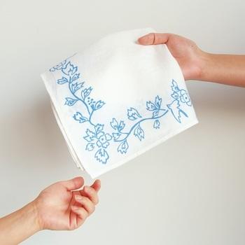 1925年(大正14年)、フランス・パリで開催された万国博覧会で中川政七商店が出展した、手績み手織り麻に手刺繍したハンカチ「鳥草木紋」。その柄をそのままに、白と生成の生地に色とりどりのプリントで復刻したのが「motta006」。 「中川政七商店」ならではの、発想がひかる、オリジナリティあふれる一枚です。