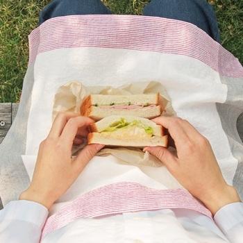 お弁当を包んで外でピクニック♪なんていうのも、「motta」のハンカチと一緒なら、なんだかいつもより楽しくなりそうです。