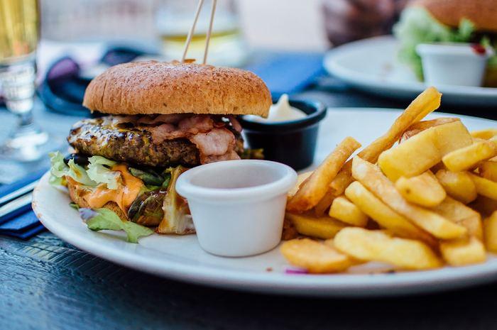 ハンバーガーやフライドポテトなどのジャンクフードはせっかく増えた善玉菌やヤセ菌を殺してしまうとも言われています。 よく食べるという人は要注意。極力食べないように気を付けましょう。
