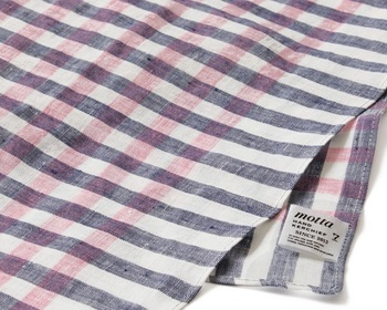 リネンの糸と色とりどりに染め上げた糸とを織り合わせ、洗いざらしのふんわりした風合いに仕上げた「motta020」。 永遠の人気を博すギンガムチェックは、男女問わず、日々の装いに華をそえてくれる色の掛け合わせです。 白&紺がベースなので、一見すると鮮やかに見える色味も、落ちついた雰囲気に。