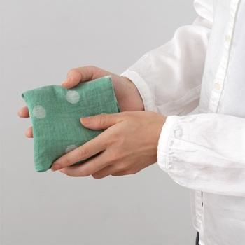 「motta024」は、麻の風合いを活かした速乾性やシャリッとした風合いが魅力のシリーズ。 ジャカード織りになっていて、表裏ともに綺麗な水玉模様を表現した一枚です。甘くなり過ぎない水玉模様は、ナチュラルな装いにもよく合います。