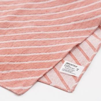 刺繍のように浮き上がった複雑な柄を表現できるジャガード織りの「motta029」。 裏と表で、異なった表情の斜め縞を楽しむ事が出来ます。ビジネスシーンやフォーマルシーンとの相性も良く、シンプルな中にも、遊び心が感じられる一枚です。