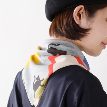 コンパクトなスカーフでもしっかり首の後ろをガード。 パターンやプリントでスタイリングのワンポイントとしても◎  YARN&COPPER(ヤーン カッパー)  キャットプリント オーガニックコットンスカーフ