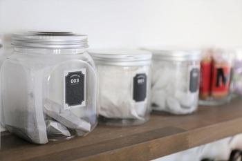湿気を防いでくれるキャニスターは、香りを大切にしたいお茶やコーヒーの収納にピッタリ。 種類ごとに分けて収納してディスプレイすれば、おうちカフェ気分も楽しめますね。  茶葉は見えてもなんだか素敵。透明なキャニスターなら、何にどれが入っているのかわかるので便利です。