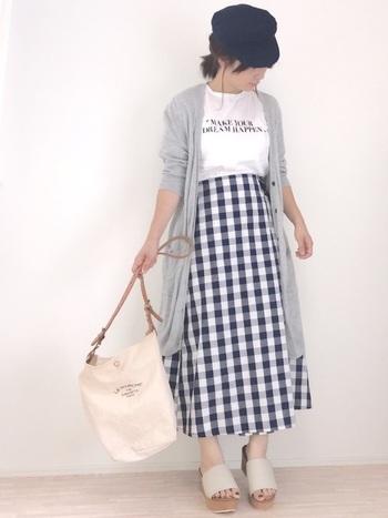 スカートスタイルにも合わせやすいロングカーディガン。大きめのギンガムチェックスカートにTシャツの上から羽織るだけで、爽やかなシンプルカジュアルコーデが完成♪