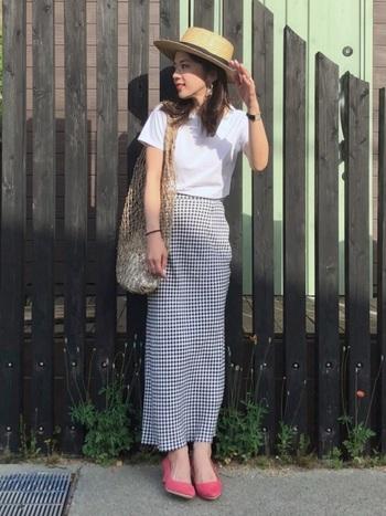 トレンドのチェックに白Tシャツを合わせたシンプルな大人コーデにカンカン帽をプラスして。足元に差し色を入れるとより印象的なスタイルに。