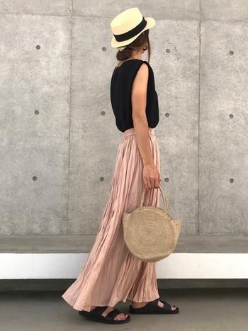 カンカン帽の夏スタイルに、トレンドのプリーツスカートでエレガントをひとさじ。黒、ベージュ、ピンクの3色でまとめてシックに。
