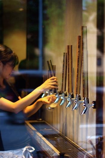 「京都醸造」さんのビールを始め、クラフトビールと日本酒、共に常時8種類を揃えているBEFORE 9さん。その種類はメジャーどころから珍しいものまで飽きのこない顔ぶれです。売り切れた場合は違ったものを用意してくれるので、いつ行っても8種類は楽しむことが出来ますよ!