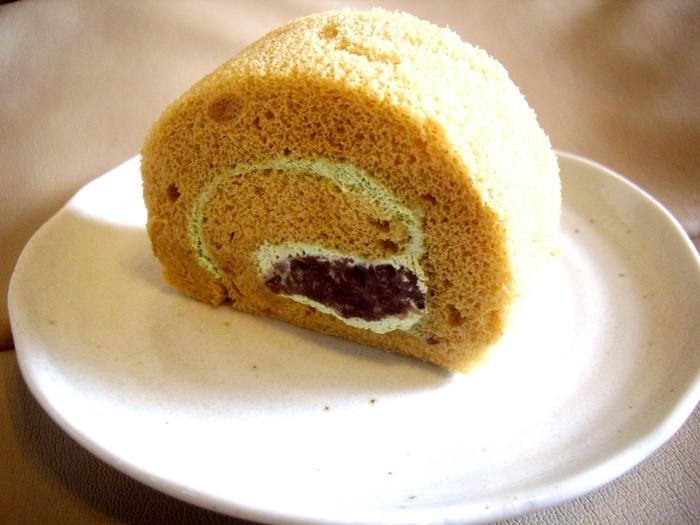抹茶黒糖味もぐるぐると。ふわふわの生地には黒糖が、そしてクリームにはほの苦い抹茶味と、上品な甘さの小豆がが練り込まれています。