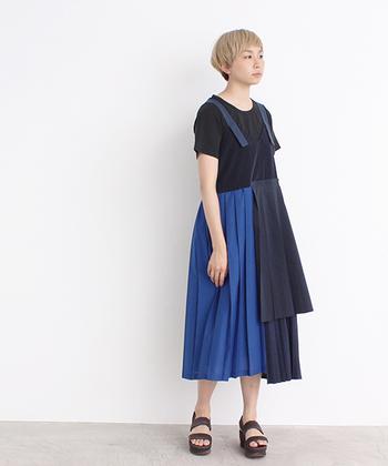 プリーツコラージュデザインの個性派ワンピース。差し色の鮮やかなブルーにブラックを合わせた、都会的なシルエットが魅力の一枚です。