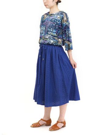 ふんわりとしたシルエットのフレアスカートも、鮮やかなブルーカラーを選べば涼しげな印象を添える事ができます。柄物のトップスと合わせて、遊び心のあるコーディネートを楽しめるのも魅力の一つです。