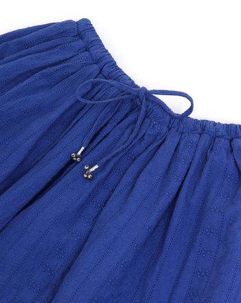 シンプルに見えますが、細かな刺繍が女性らさを引き立たせています。ウェストの紐の先についている小さな鈴が、歩くたびに愛らしい音を鳴らすのも楽しいですね。