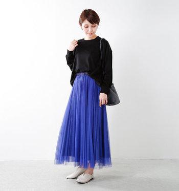 ふんわりと美しいチュールにアコーディオンプリーツを施したマキシスカート。ブラックのトップスと合わせれば、ほどよい光沢感で洗練されたきれい目スタイルを演出する事ができます。