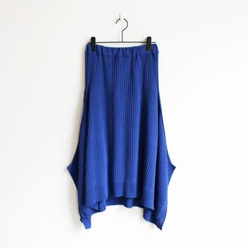 身体にフィットしすぎないざっくりとしたシルエット。サイドのスリット、前後差のある裾などデザイン性の高さがポイントです。夏のおでかけに、主役級の特別な一枚はいかがでしょうか?