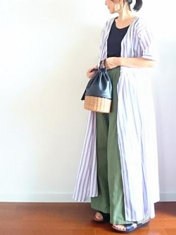 淡色ストライプのビッグシルエットなシャツワンピはおおらかで優しい印象に。ナチュラルなフォレストグリーンのパンツとの相性も抜群です♪足元とバッグの色使いを合わせれば統一感UP!