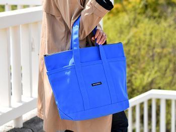 鮮やかなブルーが目を引くマリメッコのトートバッグ。これ一つで、夏らしさをグッと添える事ができるので、コーディネートの差し色として取り入れるのにおすすめです。