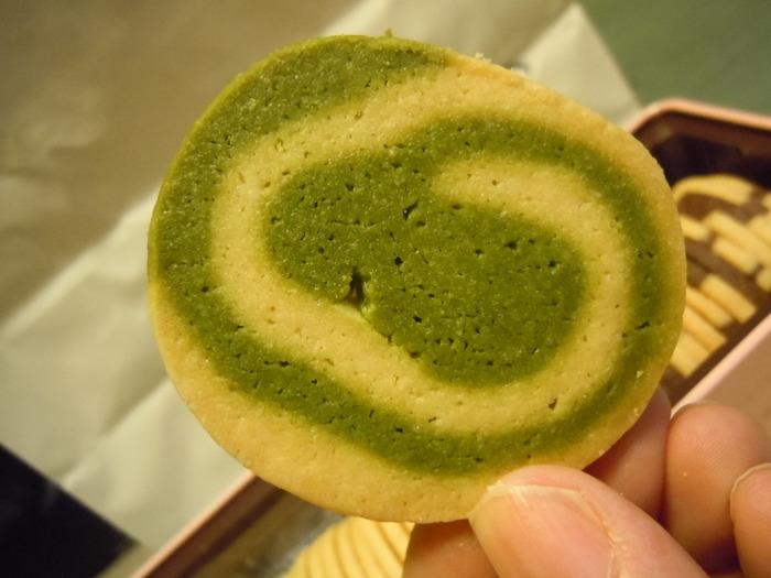 グリーンのうずまきが鮮やかな、抹茶とバニラのマーブルクッキー。東京・半蔵門駅のほど近くにある「山本道子の店」で手にすることができます。