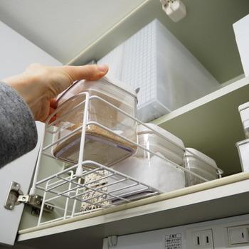 奥にしまいこんで取りづらくなるという悩みは、100円ショップのお風呂用ラックで解消。 キャニスターがちょうど入るサイズのラックを挿し込むことで、奥行きのある戸棚を無駄なく活用することができます。