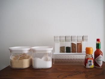 湿気大敵な調味料やスパイスにとって、瓶やキャニスターは強い味方。 きちんと詰め替えることで、香りも風味も長持ちします。