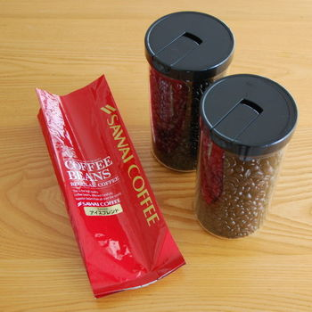買ってきた袋のままでは香りが飛びやすいコーヒー豆は、すぐにキャニスターに詰め替えて。コーヒー豆の容量に合わせてキャニスターを選ぶのがコツです。