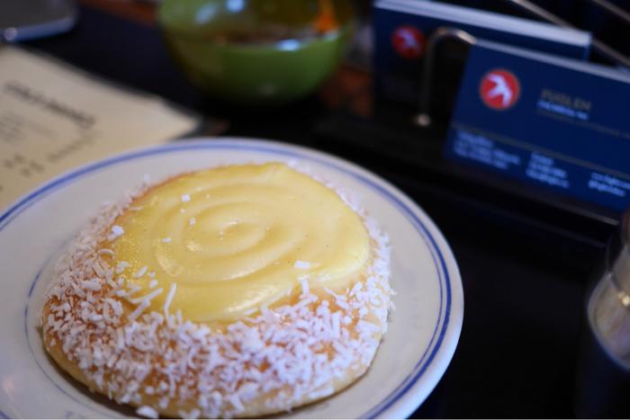 「Fuglen Tokyo」では「スコーレブロー」という、こんなうずまきパンと出会うこともできます。ココナツとクリームの香り豊かなパンは、コーヒーのお供にちょうど良い甘さ。