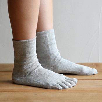 エアコンをつけていると、足先だけ冷えてしまうことはありませんか?そんな時にオススメなのが、コットンの5本指ソックス。指の間が蒸れにくく、湿度の高い季節も快適に過ごせます。