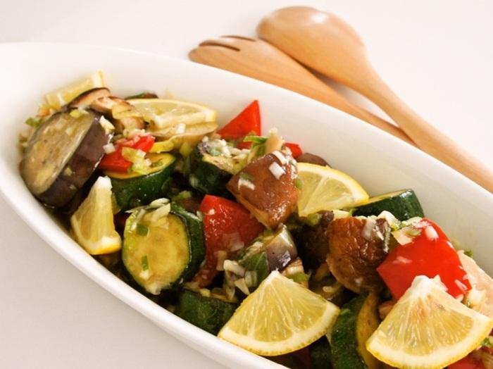 『野菜ときのこのネギ塩さっぱりマリネ』 レモンが爽やかに香る旨みたっぷりのネギ塩ダレに、マリネした野菜ときのこを和えて。これからの暑くなる季節にぴったりですね。
