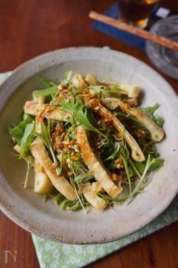 『水菜と油揚げの香味醤油サラダ』 水菜に、カリカリに焼いた油揚げとシラスを合わせ、香味だれをかけて。シャキシャキの水菜がいくらでも食べられそうなサラダです。