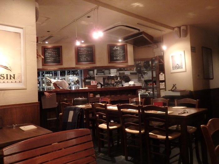 落ち着きのある店内はまるでパリのレストランのよう。素敵なフランス人の店員さんが笑顔で出迎えてくれますよ!
