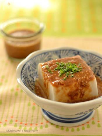 『ごまだれ豆腐』 お豆腐に胡麻だれをかけるだけ。冷奴に、温豆腐に。季節によって、気分によって、豆腐の温度を変えて召し上がれ。