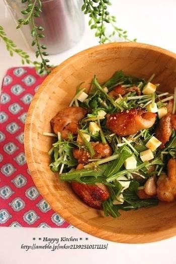 『デリ風!チキンと水菜の胡麻だれチーズサラダ』 おしゃれなデリ風のサラダ。チーズを入れてコクを出すのがポイントです。