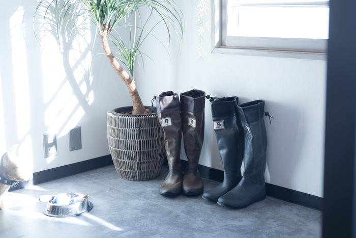 ロング丈は、足がすらりと長く見え美脚効果があり、水滴からしっかり守ってくれます。 こちらの野鳥の会のレインブーツは、履き口をきゅっと絞ることが出来、防水対策はバッチリです。