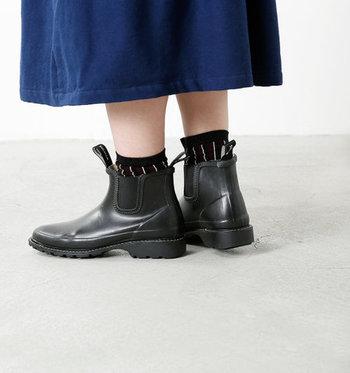 普段のファッションをあまり崩さず履くことができ、一番足が長く見えます。デメリットとしては、丈が短いので水滴から足を守ることにはあまり向いていません。