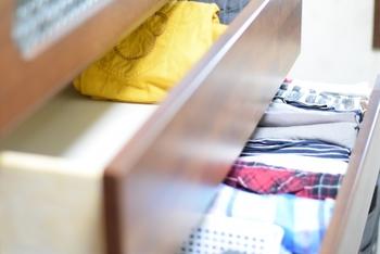 洗濯物がカラッと乾かない季節は、ついつい生乾き状態でしまい込むという人も少なくないのでは? これでは、せっかく乾いていた他の衣類までが湿気を帯びてしまいます。