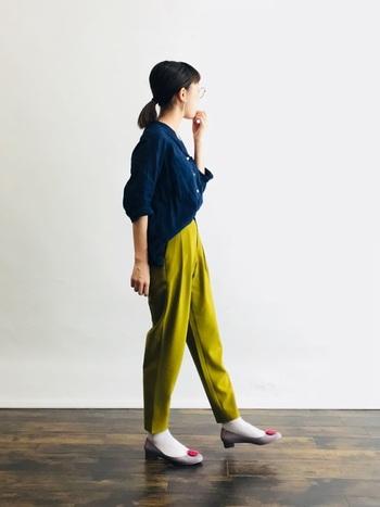 グレー×ショッキングピンクのシューズアクセサリー≪JAM(ジャム)≫がポイントのレインパンプスに、ピスタチオカラーのパンツを合せて。個性的な色合わせではありますが、トップスのネイビーシャツが色味に調和を与えています。