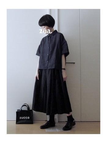 ゆったりとしたリラックス感漂うブラックコーデの足元は、きれいなめドレスシューズタイプを合わせて。きちんと感がプラスされ、いつもと変わらない着こなしを楽しめます。