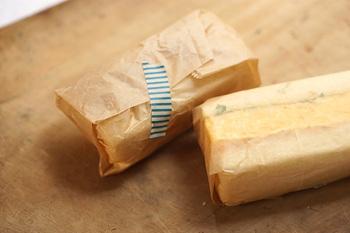 サンドイッチなら、ワックスペーパーをクルッと巻くだけでもおしゃれです。適当な容器がなくても、これなら手軽にできますね。