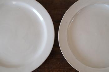 「たたら作り」という手法によって作られたこのリム皿は、手作業の跡を感じるほど素朴感があり、それでいて上品な佇まい。