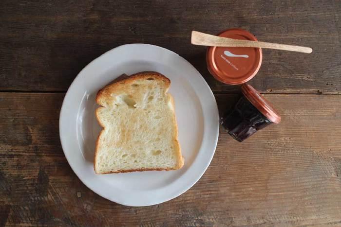 真っ白ではない少しグレーがかったこのお色がお料理を引き立てます。パンを置いただけでより一層美味しそうに!